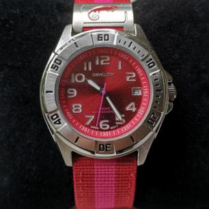 En helt ny klocka från Chameleon köpt på Ur&Penn med datum visare på urtavlan. Inga repor eller skador, batteriet behöver bytas.