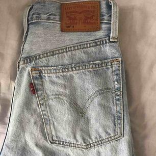 Levis 501 byxor med snygga slitningar, hög midja och w24 i storlek. Använda men bra skick! Säljer pga för små, köparen betalar frakt (54kr)