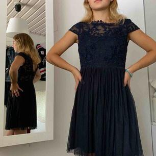 Marinblå klänning från vila med spets upptill, knappar upp längst ryggen. Många fina detaljer, storlek S. Passar även xs, köpare står för frakt.
