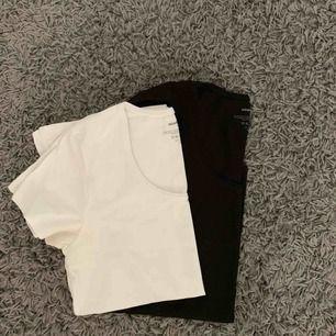 Två basic t-shirts från newbody. Både den vita och svarta tröjan ingår i priset och båda är i storlek medium. <3 Köpare står för frakt.
