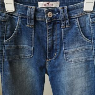 Bootcut jeans från Hollister i fint skick, knappt använda.   L33 Mörkblå tvätt med coola sömmar/ detaljer.