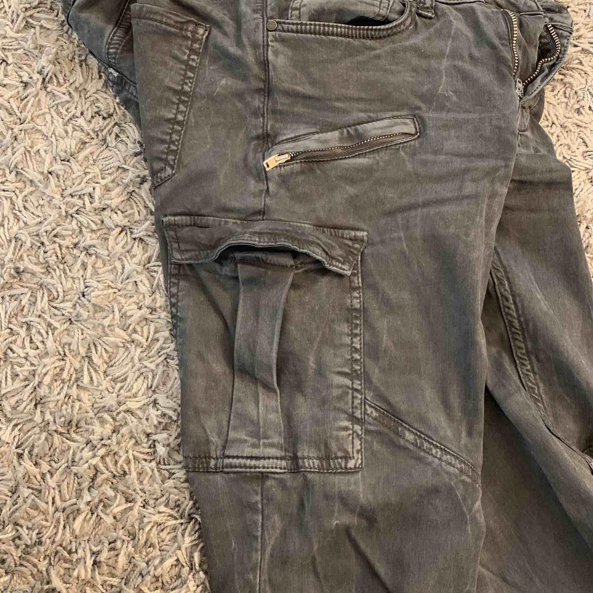 Svarta byxor med dragkedjor och stora fickor. Köpare står för frakt.. Jeans & Byxor.