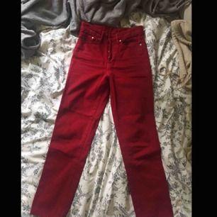 """Skitsnygga jeans i """"vintage fit"""" från h&m. Köpte de på rea för 2år sedan kanske för typ 150-200kr tror jag men insåg snabbt att de var för små så får tyvärr sälja dem:("""