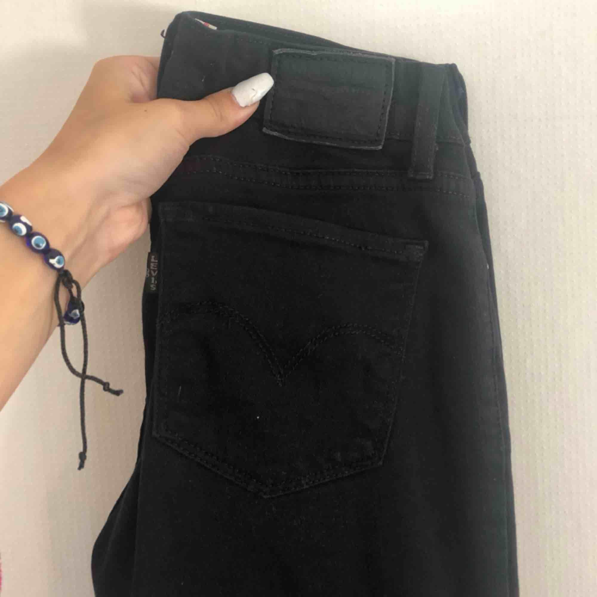 super fina Levis bootcut i svart, använda ett fåtal gånger. W24L30 🦋🦋. Jeans & Byxor.