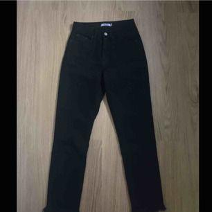 Sviiinanygga jeans fr na-kd med slitning nertill använda typ två gånger. Möts i stockholm eller fraktar då köparen står för fraktkostnaden, skriv gärna om du undrat nåt💕