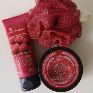 Ett helt oanvänt skönhets kit från YVES ROCHER och The Body Shop. Värt över 250kr. Handkräm Fruits Rouges och limited edition Frosted Cranberry samt skrubb.