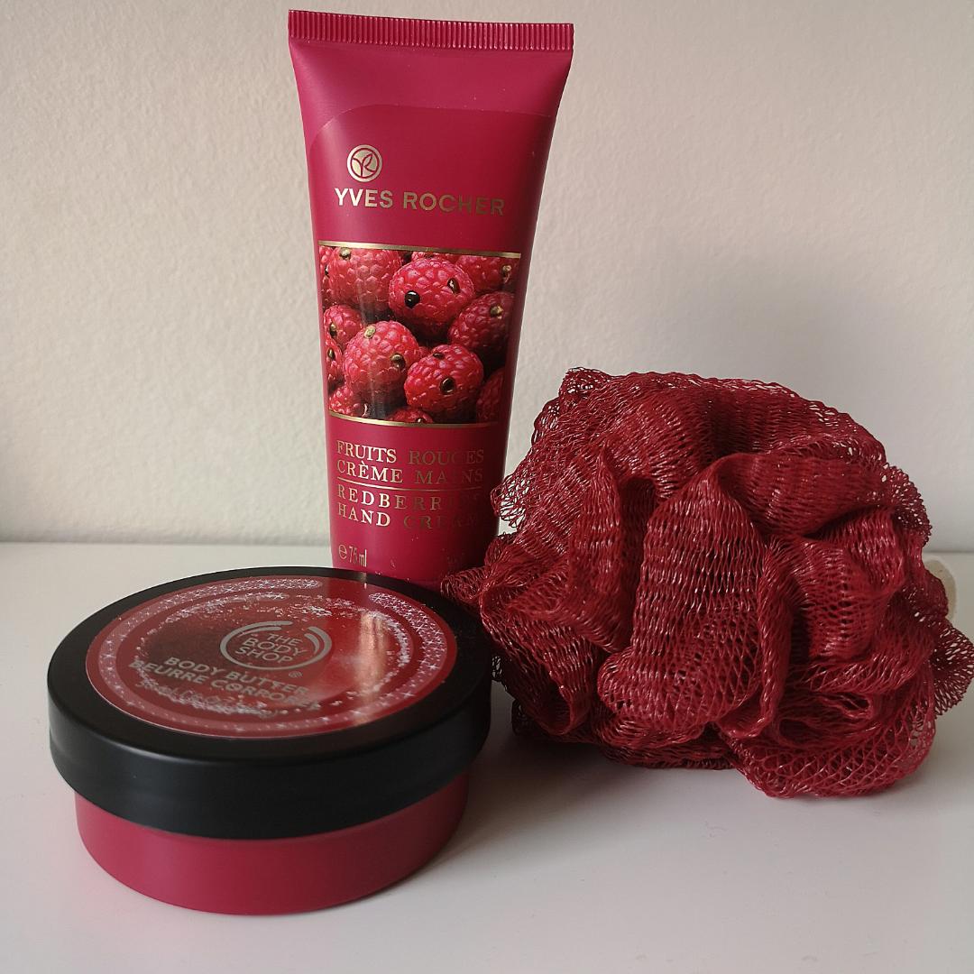 Ett helt oanvänt skönhets kit från YVES ROCHER och The Body Shop. Värt över 250kr. Handkräm Fruits Rouges och limited edition Frosted Cranberry samt skrubb. . Övrigt.