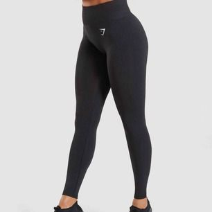 Gymshark's mest sålda och populära tränings leggings!  Ny pris 700kr. Har bara används ett fåtal gånger, kvitto och paket finns. Super stretchiga och högmidjade och har sömlös skuggning för kontur vid rumpan. ⭐️