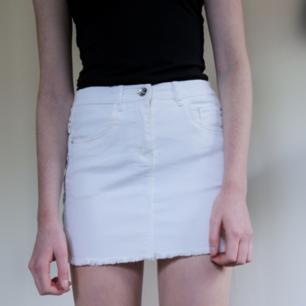 Fin vit kjol från Kappahl med knytdetaljer på sidan.