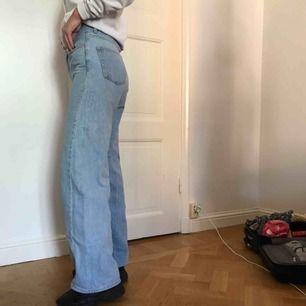 Säljer ett par blå jeans från Junkyard i storlek 27! Byxorna är lite ljusare än vad de ser ut som på bilderna. Använda endast 2 ggr, Orginalpris:500kr! Köparen står för frakt💞💞