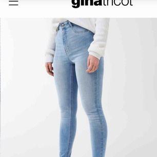 säljer dessa ljusblåa jeans från gina knappt använda så är i samma skick som på bilden och som nya. (är hos pappa och dem är hos mamma så kunde inte lägga ut på dem jag äger)