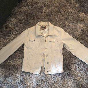 En vit jeansjacka från Lindex. Storlek 158 men är som storlek XXS och är i mycket nytt skick, bara använd ca 5 ggr. Perfekt att måla på med akrylfärger och perfekt till hösten :)