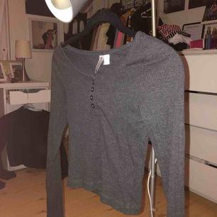 En långärmad kort tröja från hm, använd ett fåtal gånger. Säljer pga av inte min stil längre. Köparen står för frakt.