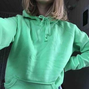 Neongrön Hoodie från bikbok, färgen syns bäst på sista bilden. Lite nopprig men inget som märks så mycket. XS i lappen men oversized