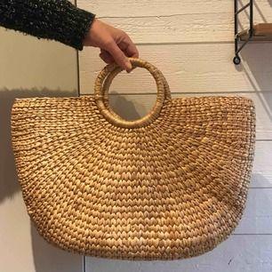 Väska i naturmaterial ca 45cm bred. Aldrig använd, nyskick.  Perfekt till strand!!