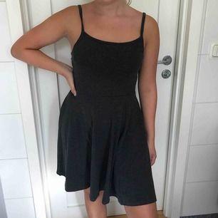 Mörkgrå basic-klänning från h&m. Jag och köparen delar på frakt. :)