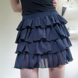 Marinblå kjol från Benetton i nyskick, endast använd 1 gång.