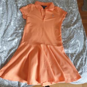 Äkta Ralph Lauren klänning, i mycket bra skick och endast använd några fåtal gånger. Hör gärna av dig vid intresse eller om du vill ha fler bilder 🧡
