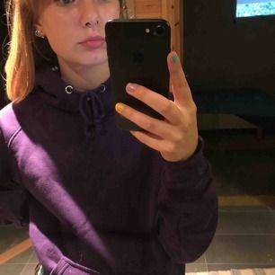 Lila hoodie från bikbok. XS står i den men den är oversized