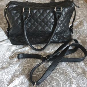 Svart handväska från Åhléns, oanvänd och i bra form.