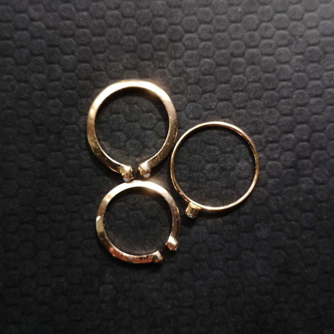 3x guldringar med pärlor och stenad i olika storlekar. Helt nya men har tyvärr aldrig används. Inga repor eller skador! . Accessoarer.