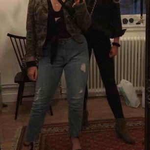 Slitna jeans från monki. Frakt ingår i priset🕊