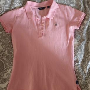 Äkta Gant piké i en fräsh rosa färg, hör gärna av dig vid intresse 💕