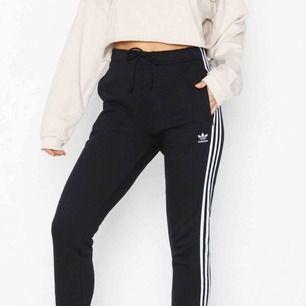 Super snygga högmidjade Adidas Originals byxor, med snöre så man kan justera runt midjan. ✨