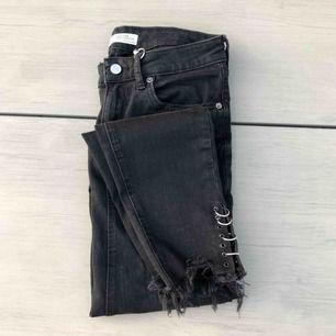 Säljer dessa asnygga byxorna i nyskick, storlek 36-S, stretchigt material, vanlig skinny jeans modell med metall detaljer, frakt är inkluderat i priset.
