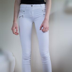 Vita jeans från Only med coola kedjedetaljer i silver. Jeansen är i gott skick!