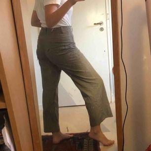 Beige rutiga kostym-byxor! Storlek S/M. Jättesköna och något stora på mig som har 36 men funkar med skärp❤️