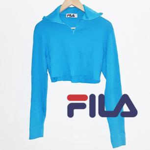 Skitsnygg avklippt FILA tröja i turkos färg. Köpt här på plick men har tyvärr inte kommit till användning för mig. Frakt ingår i priset! 😊