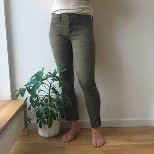 Snygga cammo/militärgröna jeans från BDG (urban outfitters). Aldrig används.