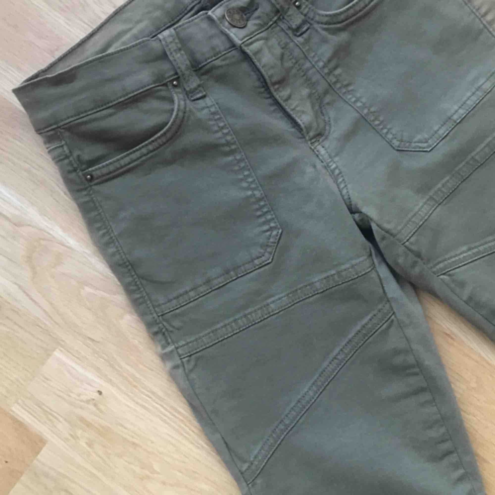 Snygga cammo/militärgröna jeans från BDG (urban outfitters). Aldrig används. . Jeans & Byxor.