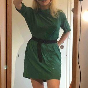 Mörkgrön klänning med praktiska fickor! För stor för mig men funkar med skärp. Väldigt luftig. Skärpet är även till salu för 20kr