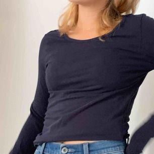 Två långärmade tröjor, en gråbo en marinblå som säljs tillsammans. Bra skick, använt fåtal gånger. Storlek S
