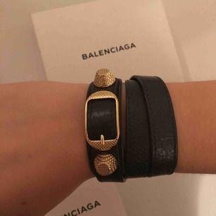 Grått armband med gulddetaljer från balenciaga i storlek S. Box och äkthetsbevis tillkommer såklart💓