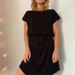 Svart basic klänning ifrån Gina tricot. Endast använt fåtal gånger, utmärkt skick. Storlek S, köpare står för frakt.