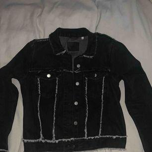 Svart jeansjacka med snygga detaljer, frakt ingår i priset🕊
