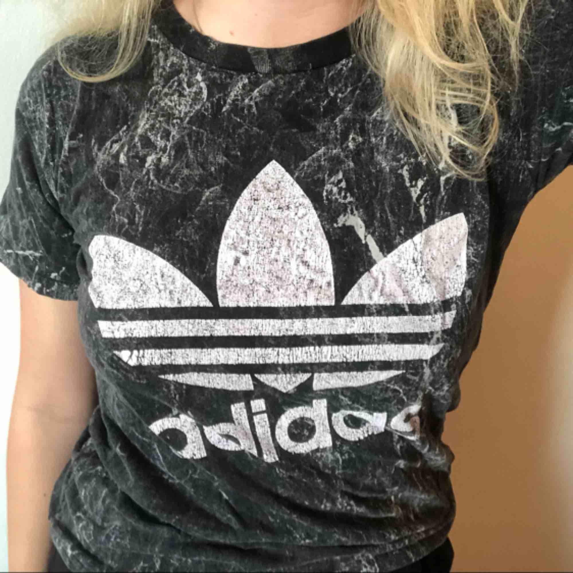 Svart marmor Adidas t-shirt! Bomullsmaterial. Inte sliten. :). T-shirts.