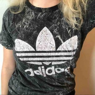 Svart marmor Adidas t-shirt! Bomullsmaterial. Inte sliten. :)