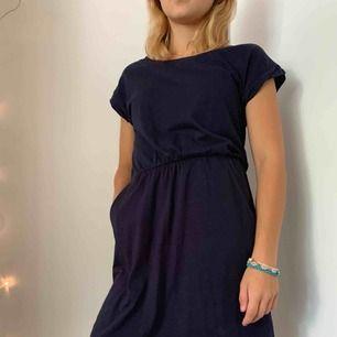 Marinblå enkel klänning med fickor på båda sidorna. Storlek XS, säljer pga fel storlek. Köpare står för frakt