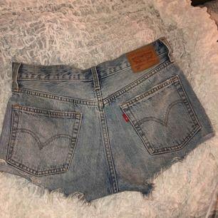 Ljusblåa Levis shorts med lite slitningar, storlek 27 men skulle säga att det motsvarar S. Köparen står för frakten, priset kan diskuteras❣️