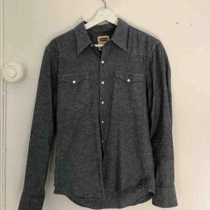 """Grå """"jeans"""" skjorta från Levis i storlek S. Vintage känsla. Kan hämtas upp i Stockholm annars betalar köparen för frakt (79kr) 😊"""