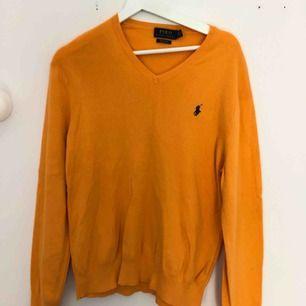 Orange Pullover/ tröja från Ralph Lauren i storlek M, sparsamt använd. Sitter fint på med v ringning i fram. Kan hämtas upp i Stockholm annars betalar köparen för frakt (79kr) 😊