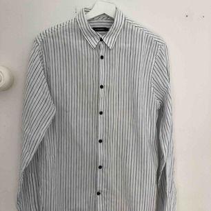 Skjorta från J Lindeberg i storlek M, sparsamt använd. Riktigt bra kvalité. Köptes för 1099kr. Kan hämtas upp i Stockholm annars betalar köparen för frakt (79kr) 😊