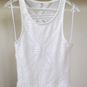 Vit klänning perfekt för student, skolavslutning eller en härlig sommardag i nyskick. Har underklänning som gör att inget syns igenom!