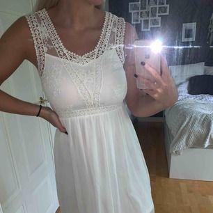 Jättefin vit klänning! Använd 2 gånger, finns brun utan sol fläck på insidan men inget som syns utåt!  Köparen står för frakten! Endast Swish! 100:- eller bud
