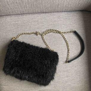 Väska från accent i faux fur, går utmärkt att tvätta. Avtagbar kedja. Jättefint skick, 80kr + 63kr i spårbar frakt ✉️