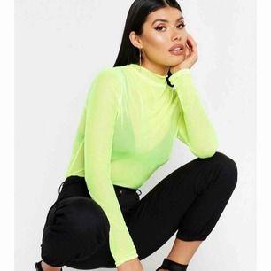 En grön neon tröja i mesh, helt oanvänd lappen finns kvar. Super snygg men har inte fått användning för den😱. Stl S men passar nog större eftersom den är så pass stretchig.